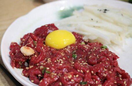 ユッケ専門の居酒屋「유쾌한접시(愉快な皿)」