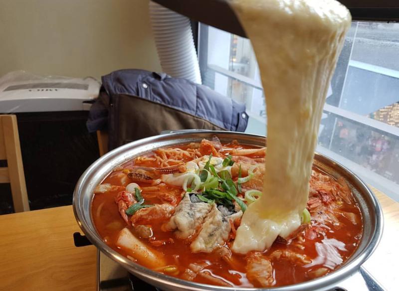 韓国ソウルにあるお店、チーズ好きにはたまらない!ホンデの『성남 진미 떡볶이(ソンナムジンミトッポッキ)』をご紹介^0^